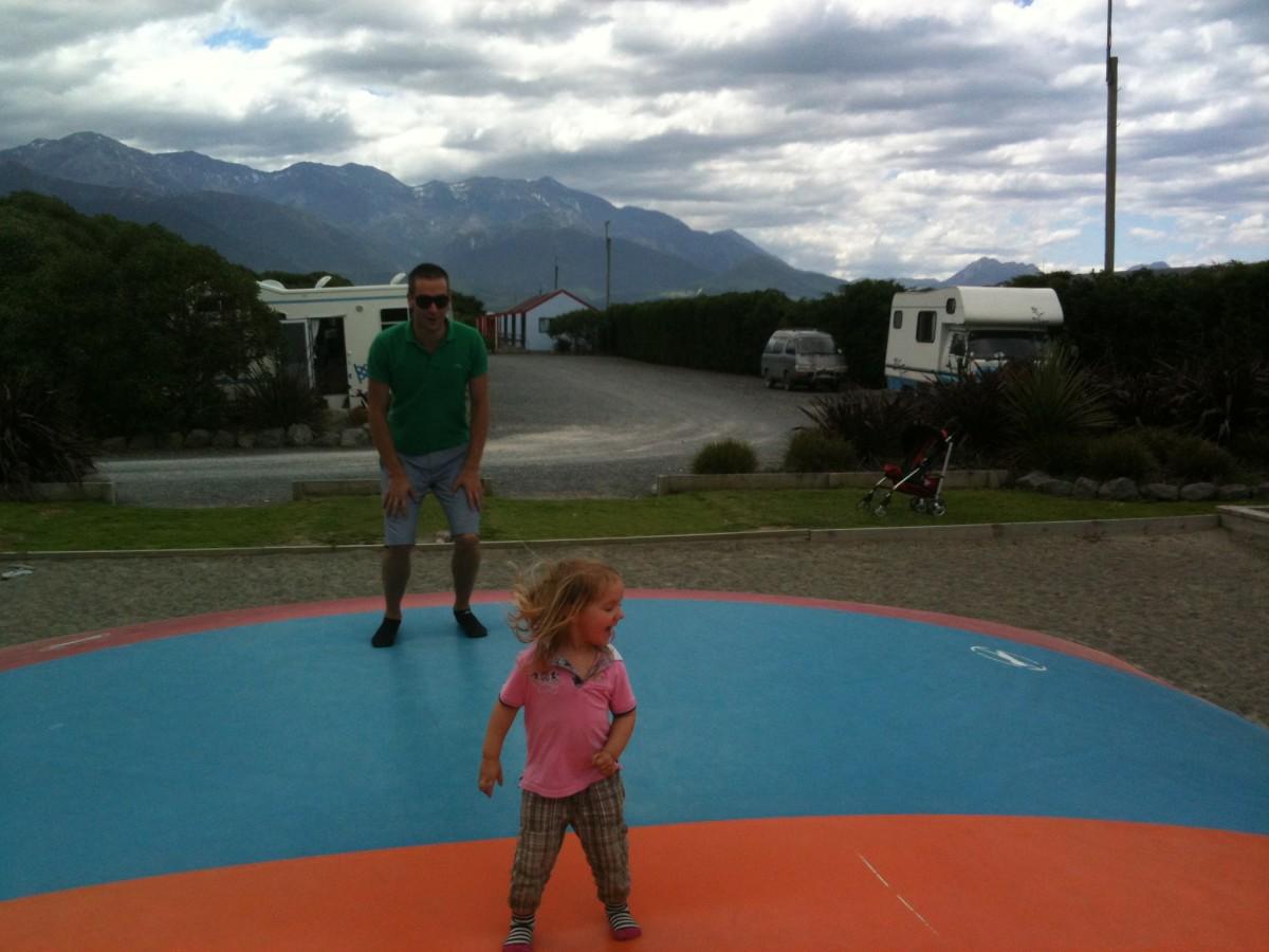 husbil och små barn på nya zeeland