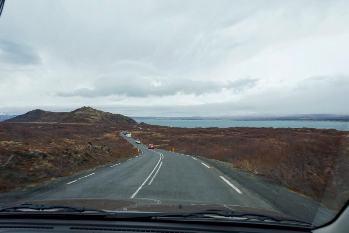 Högtryck på vägen, trängsel med Islands-mått nästan... Här närmar vi oss Thingvellir - vår första anhalt på Golden Circle.