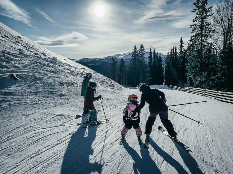 familj skidor med barn