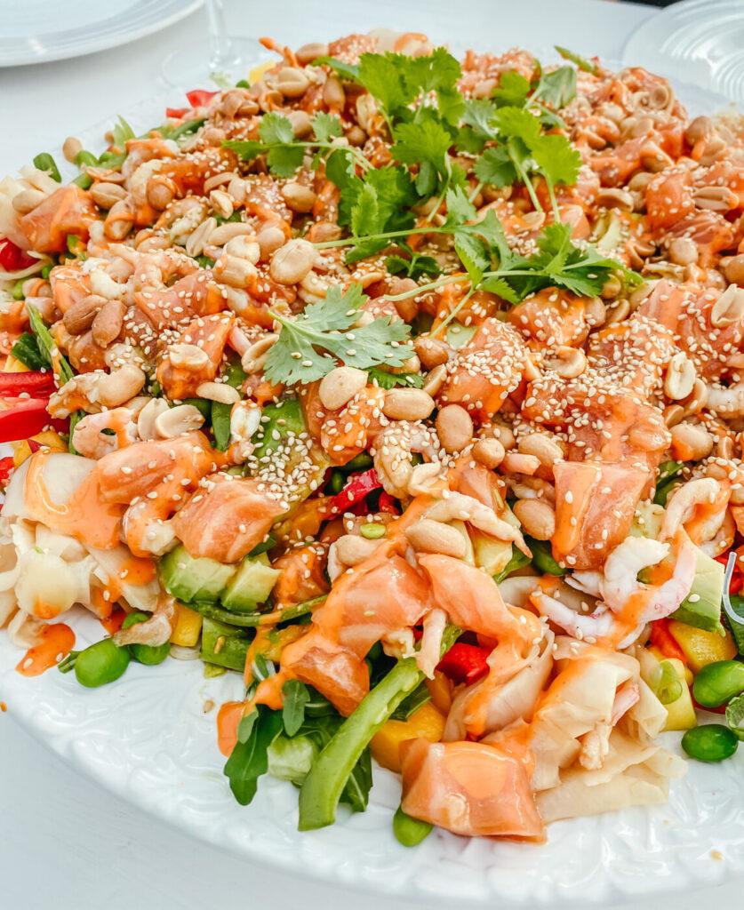 asiatisk sallad med sashimilax och glasnudlar